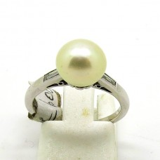 1940's 18ct Cultured Pearl with two Diamonds ring.